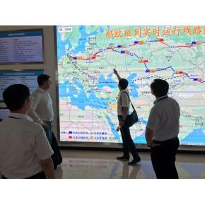 Делегація Держрезерву під час зустрічі з представниками КНР розглядають схему нинішнього Шовкового шляху